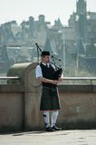 Gaiteiro que joga em Edimburgo, Scotland Foto de Stock Royalty Free