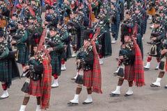 Gaiteros escoceses de la montaña que marchan Imagen de archivo libre de regalías