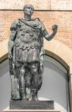 Gaius尤利乌斯・凯撒雕象在里米尼,意大利 图库摄影