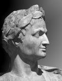 Gaius Julius Caesar skulptur på en grå bakgrund Arkivfoto