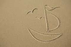 Gaivota e barco da imagem na areia imagens de stock royalty free