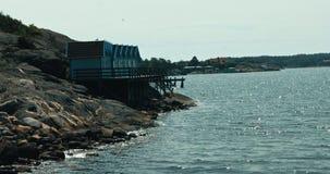 Gaivotas sobrevoando os penhascos e o mar no arquipélago sueco video estoque
