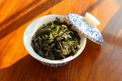Gaiwan met groene thee Stock Afbeeldingen