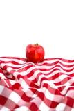 Galà rosso Apple sulla tovaglia Checkered fotografie stock
