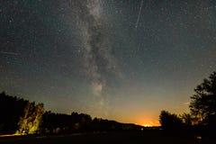 Galáxia bonita da Via Látea em um céu noturno e em uma silhueta da árvore Imagem de Stock Royalty Free