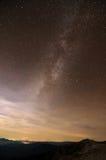 Galáxia da maneira leitosa sobre cumes da montanha Fotos de Stock Royalty Free