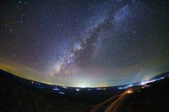 A galáxia da Via Látea com terra da pedra do botão é opinião de Lan Hin Pum do nome fotos de stock