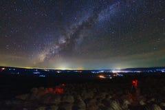 A galáxia da Via Látea com terra da pedra do botão é ponto de vista de Lan Hin Pum do nome no parque nacional de Phu Hin Rong Kla fotografia de stock royalty free