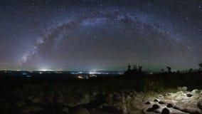 A galáxia da Via Látea do panorama com terra da pedra do botão é nome Lan Hin foto de stock
