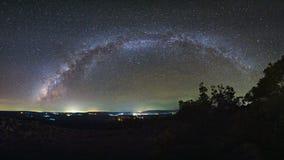 A galáxia da Via Látea do panorama com terra da pedra do botão é nome Lan Hin imagens de stock royalty free