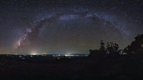 A galáxia da Via Látea do panorama com terra da pedra do botão é nome Lan Hin imagens de stock
