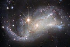 A galáxia e o conjunto bonitos de protagonizam na noite do espaço imagens de stock royalty free