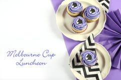 Galón blanco y negro con las magdalenas púrpuras del alumerzo del partido del tema con el texto de la muestra Imagenes de archivo