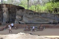 Gal Vihara a Polonnaruwa nello Sri Lanka che include una condizione e una statua adagiantesi di Buddha fotografia stock libera da diritti