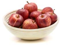 Galaäpfel in der Schüssel lokalisiert auf weißem Hintergrund Stockfoto