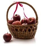 Galaäpfel im Korb lokalisiert auf weißem Hintergrund Stockfotografie