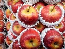 Gala Apples Nicely Piled i en supermarket arkivbild