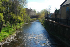 Gala Water som flödar till och med Galashiels royaltyfri bild