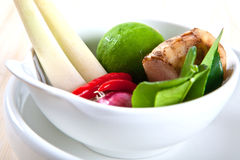 Galangal, kalkbladeren, kalk, citroengras en rode Spaanse peper Royalty-vrije Stock Afbeeldingen