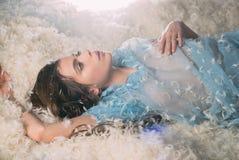 Galant försiktigt Gullig flicka som kopplar av på den bolsterkudden och madrassen Ung kvinna i sömnkläder Nätt flicka i silkeslen royaltyfria bilder