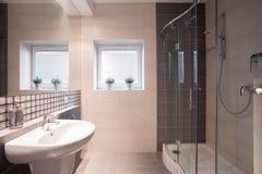 Galanteryjna łazienka z dużą prysznic obrazy royalty free