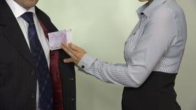 Galanteryjna kobieta bierze 500 euro gotówkowego banknot od szef kieszeni 4K zbiory wideo