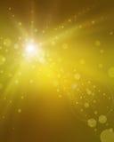 Galanteryjna złocista tło plama z żółtymi słońce promienia smugami światło i zamazani bokeh okręgi Fotografia Royalty Free