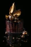 Galanteryjny czekoladowy tort, czarny tło Obraz Stock