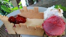 Galanteryjny deser na białym talerzu Zdjęcia Stock