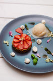 Galanteryjny deser z truskawkami Fotografia Royalty Free