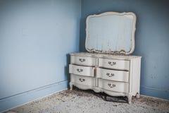 Galanteryjny dresser przeciw ścianie Zdjęcie Royalty Free