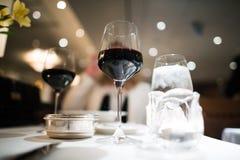 Galanteryjny gość restauracji z czerwonym winem Obraz Stock