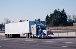 Galanteryjny klasyczny chromy jaskrawy błękitny błyszczący semi ciężarowy duży takielunek Fotografia Royalty Free