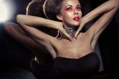 Galanteryjny ostrzyżenie atrakcyjna brunetki kobieta z necklase Obrazy Royalty Free
