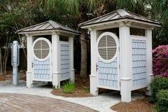 Galanteryjny prysznic i odmieniania pokój przy plażą Fotografia Royalty Free