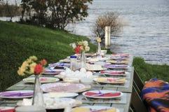 Galanteryjny pykniczny stół pełno jedzenie jeziorem w wiośnie Zdjęcia Royalty Free