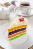 Galanteryjny tort z macaroon na wierzchołku i filiżance herbata Obrazy Stock