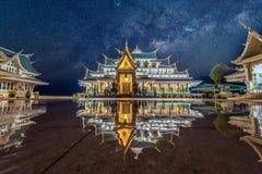 Galassia della Via Lattea al tempio del kon di phu di PA del wat fotografie stock