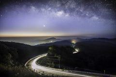 Galassia della Via Lattea con illuminazione sulla strada al inthanon di Doi Chian Fotografie Stock Libere da Diritti