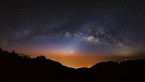 Galassia della Via Lattea di panorama a Doi Luang Chiang Dao Esposizione lunga immagini stock