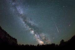Galassia della Via Lattea e della stella cadente fotografia stock libera da diritti