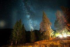 Galassia della Via Lattea sopra il campeggio Fotografie Stock