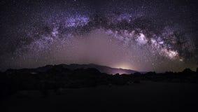 Galassia della Via Lattea sopra il deserto fotografie stock libere da diritti