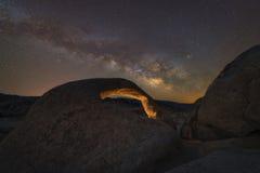 Galassia della Via Lattea sopra l'arco di Mobius Immagini Stock Libere da Diritti