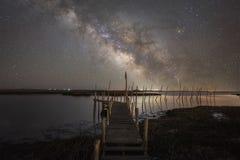 Galassia della Via Lattea sopra la grande baia nel New Jersey fotografie stock
