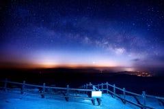 Galassia della Via Lattea sopra la montagna alla notte, montagna di Deogyusan in Corea fotografie stock libere da diritti