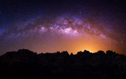Galassia della Via Lattea sopra la montagna alla notte, montagna di Deogyusan in Corea immagine stock libera da diritti