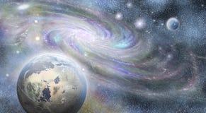 Galassia a spirale e pianeti in universo Immagine Stock