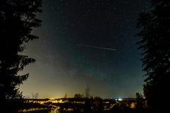 galassia variopinta della Via Lattea veduta in cielo notturno sopra gli alberi immagini stock