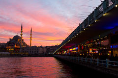 Galata桥梁和Eminonu新的清真寺,伊斯坦布尔,土耳其 免版税图库摄影